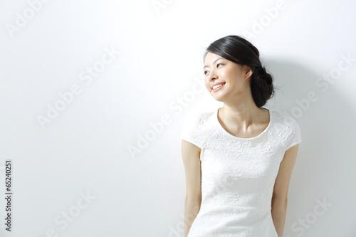 日差し・若い女性