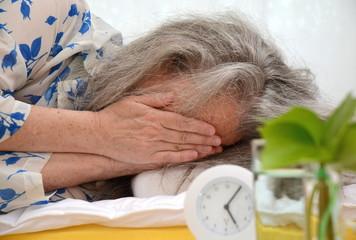 Seniorin im Bett