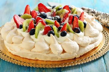Pavlova dessert and blade for cake.