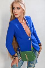 Модная девушка с сумкой