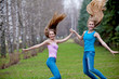 Прыжок двух девушек