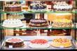 Bäckerei Vitrine mit Torten in Konditorei - 65250051