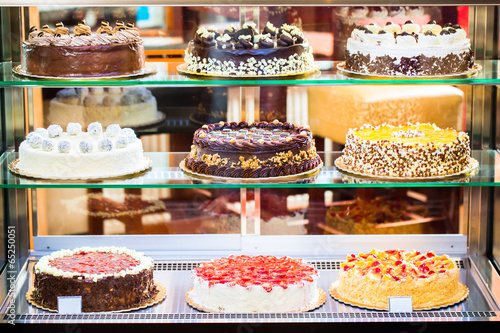 Deurstickers Snoepjes Bäckerei Vitrine mit Torten in Konditorei