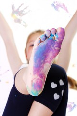 Bambina che gioca con i colori