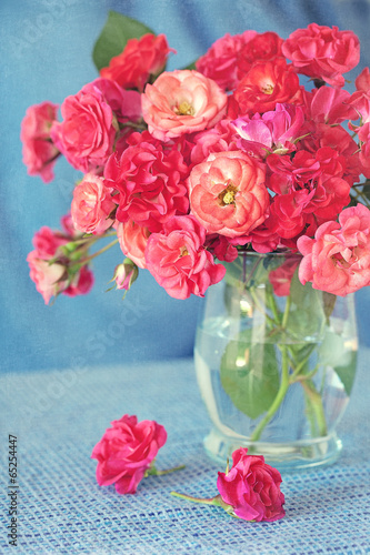 Plakat bright bouquet of a beautiful tea roses in a vase