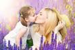 Mutter und Tochter im Lavendel