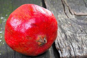 Granatapfel auf Holz
