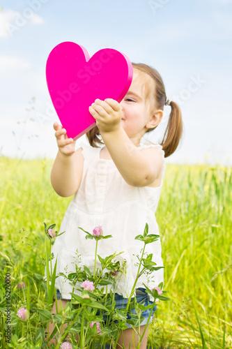 Mädchen mit Herz in der Natur