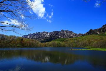 山を映す穏やかな湖