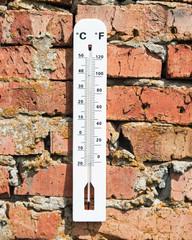 термометр на кирпичной стене