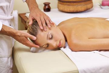 Frau entspannt bei Kopfmassage im Spa