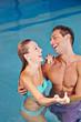Lachendes Paar zusammen im Schwimmbad