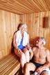 Paar Senioren sitzt zusammen in Sauna