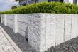Leinwanddruck Bild - Neue Granitmauer im eigenen Garten