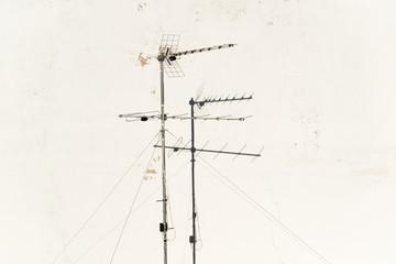 antena televisión pared blanca