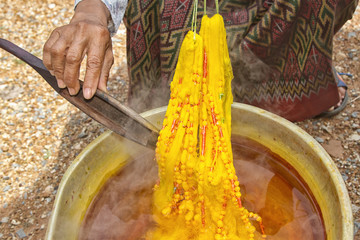 Dyeing silk. Using traditional natural materials