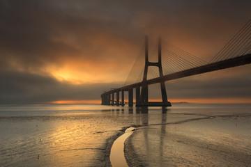 Ponte Vasco da Gama a romper pelo nevoeiro