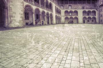 Dziedziniec zamku królewskiego w Krakowie styl retro.