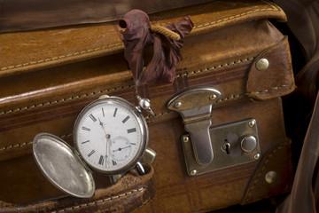 Orologio e valigia antichi