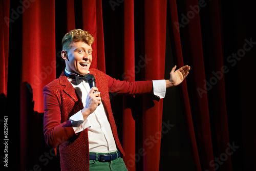 Leinwanddruck Bild Anchorman talking to spectators and announcing show