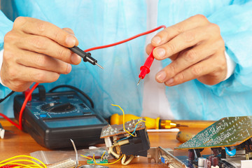 Measurement parameters of electronic device with multimeter
