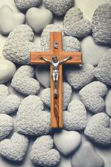 Trauerkarte mit Holzkreuz und Herzen