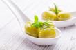 Grüne Oliven auf Löffel