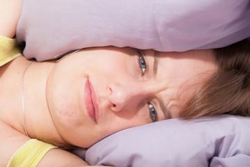 bruit et mal de tête pour une jeune femme dans son lit