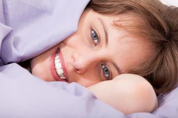 réveil heureux et souriant