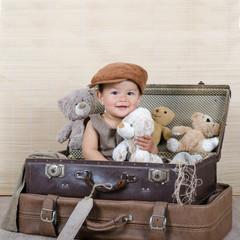 Kleines Mädchen drückt einen Teddy