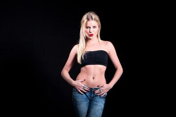 Blonde Frau macht freche sexy Pose im Foto Studio
