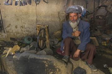 Afghanischer Schmied in seiner Schmiede