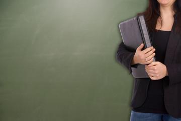 Studentin vor einer leeren Schultafel