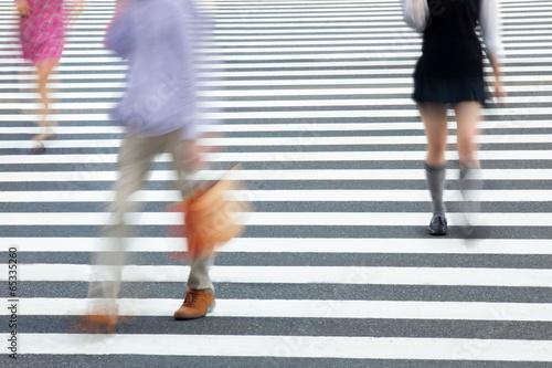 Fußgänger überqueren eine Straße - 65335260