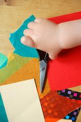 Kinderhand mit Schere