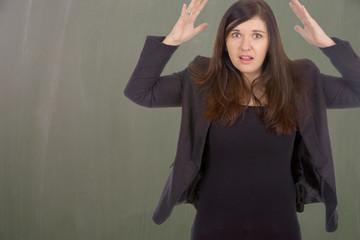 gestresste Frau vor einer Kreidetafel