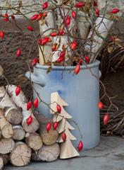 Weihnachtszeit - draußen dekoriert mit Naturmaterialien und Hag
