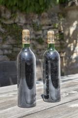 Deux vieilles bouteilles de vin rouge