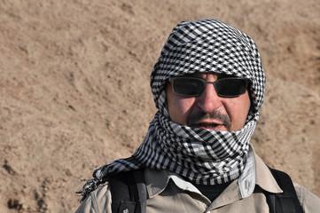 Портрет мужчины в арабском платке