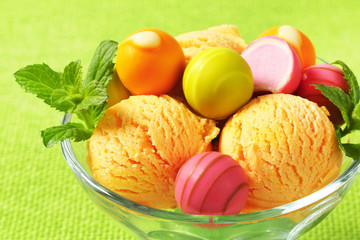Fruit-flavored ice cream and pralines