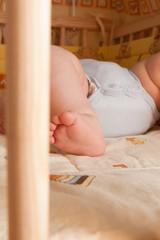 Baby liegt im Bettchen