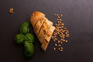 Baguette an Weizen und Schiefer
