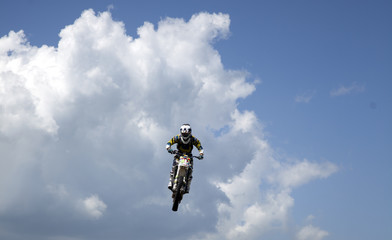 moto tra le nuvole