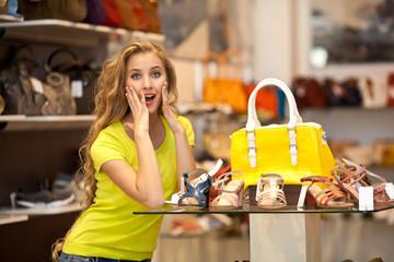 сумки и девушка в магазине