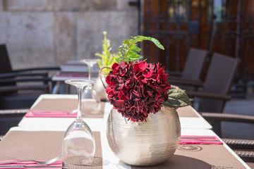 Tavolo con vaso di fiori