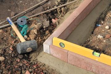 Gartenbegrenzung mit Werkzeug