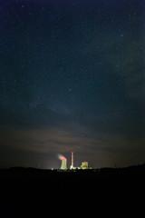 Kraftwerk und Sternenhimmel