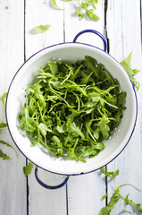 Rucola in altem Sieb