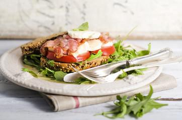 Sandwich mit Bacon, Tomate und Mozzarella