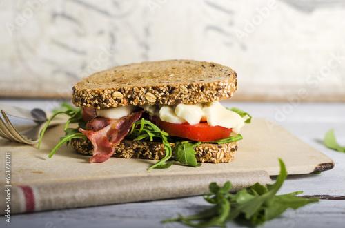 Fotobehang Picknick Sandwich mit Bacon, Tomate und Mozzarella